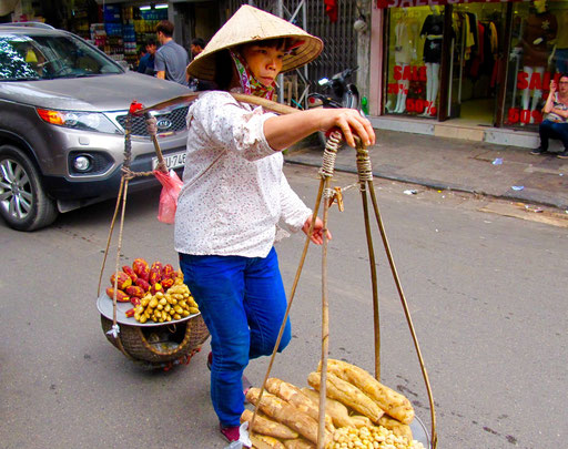 ganz selbstverständlich tragen die Frauen ihre Ware durch die Strassen