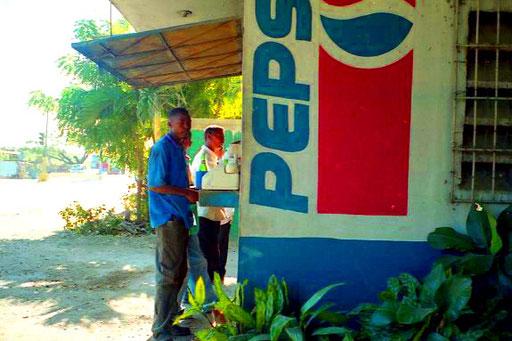 ein Kiosk mit auffälliger Marken- Beschriftung versorgte die Umgebung