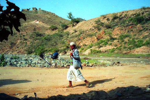 der kleine bub zeigte mir den Weg ins nächste Wadi (Fluss-Tal)