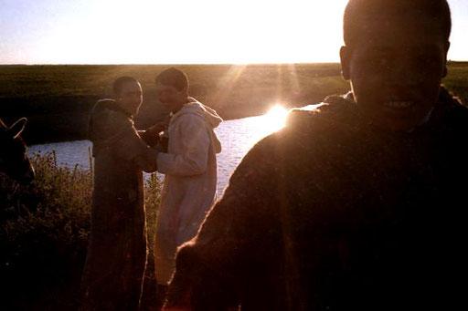 die Jugendlichen auf den Feldern posierten gern für ein Photo