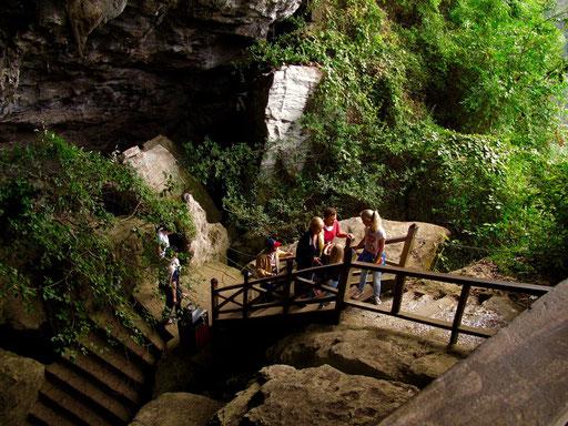 der steile Treppenaufgang zum Höhleneingang