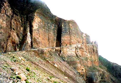die in den Felsen hineingesprengte Pass-Strasse erbaut von den Chinesen