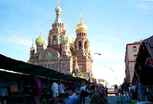 ähnlich wie Basilius Kathedrale in Moskau, aber im Detail ganz anders