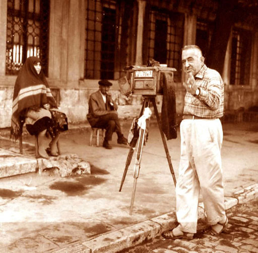 konzentriert blickend die anatolische Bäuerin vor dem Photographen