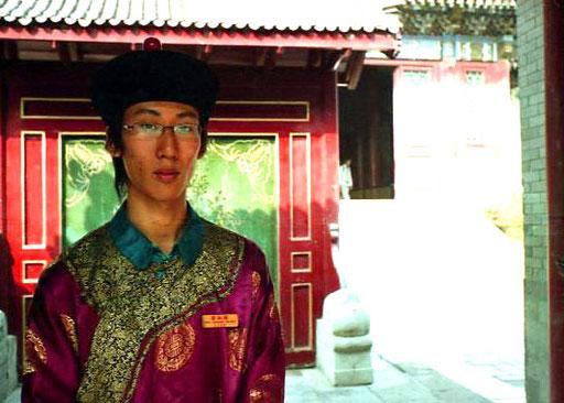 Am Einlass ein Chinese in historischer Kleidung