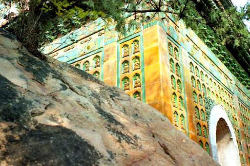 ein wundervoll durchgestaltete Majolika-Fassade