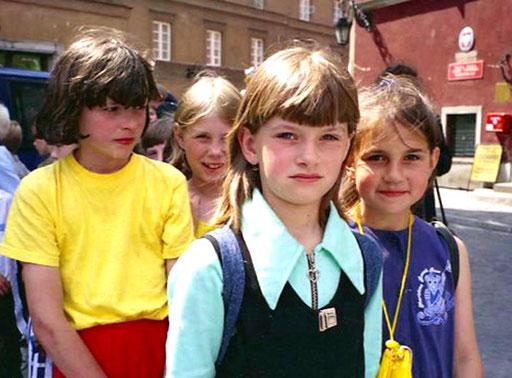 die Schulklassen warten geduldig vor den vielen polnischen National-Denkmälern