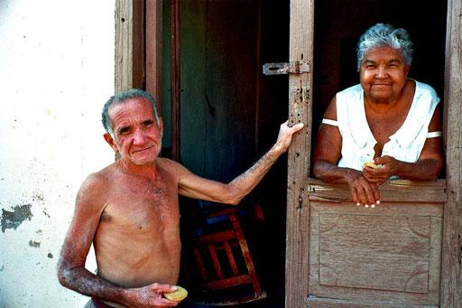 zwei Senioren in der Altstadt von Trinidado