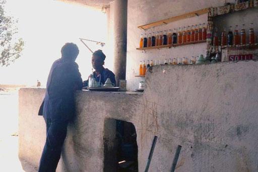 kurze Rast im Schatten einer offenen Limo-Bar
