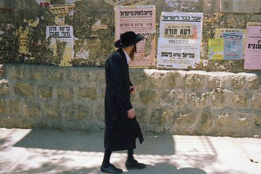 vom vielen Beten haben viele orthodoxe Juden einen Buckel und schlechte Augen