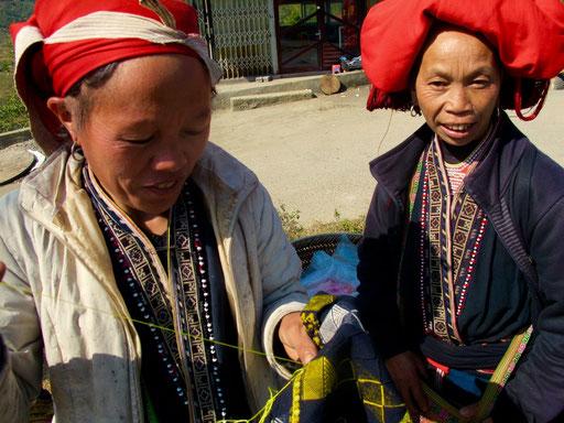 die Red Dao Frauen arbeiten fast ohne Unterbrechung an Ihren Handarbeiten