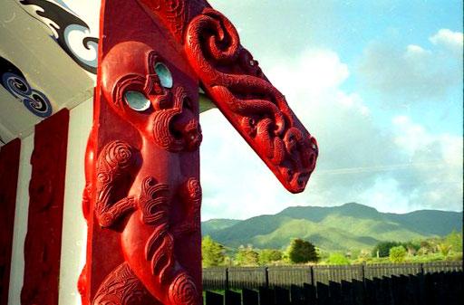 Rituelles Maori-Symbol an einer Versammlungs-Halle