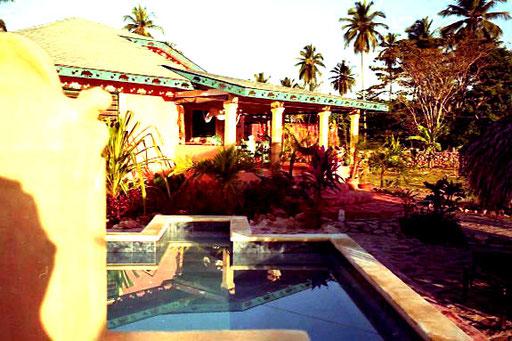 prächtig die Fassade vom Schwimming Pool aus