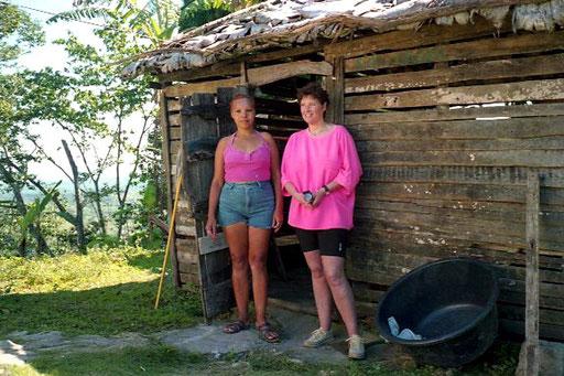 Maria die Haus-Gehilfin und Hanni vor der der Sommer-Küche