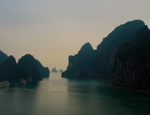 eine Kaskade spitzer Felsen-Inseln, die sich in der Weite zu verlieren schien