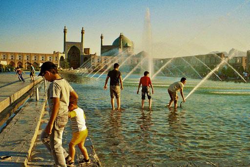 am Meidan-e Emäm (Iman Platz) werden gegen 17 Uhr die Fontänen geöffnet