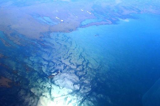 man überfliegt grosse Seen deren Zuflüsse die Versalzung droht