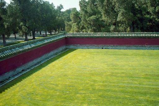 die Tempel-Anlage ist von einer kilometerlangen, doppelten Mauer umgeben