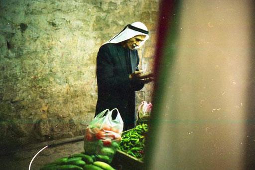 auf dem Markt bewegten sich die Menschen traditionell