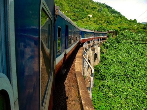 "der Vietnam-Express ""Hanoi - Saigon"" kurz vor dem Wolkenpass"