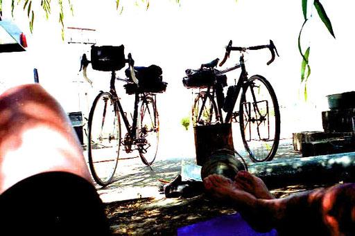 wir lagen auf unseren ISO-Matten, die Räder direkt vor uns