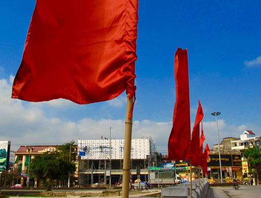 überall die grosse, rote Jubiläums-Beflaggung