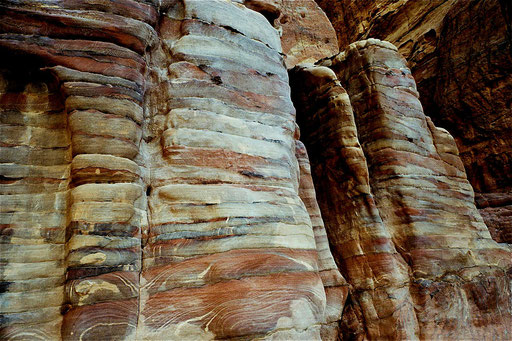 Übereinanderliegende Gesteins-Schichten - Bild der Erdgeschichte