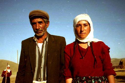 Nikos Grossvater mit seiner jungen, traurig wirkenden Frau