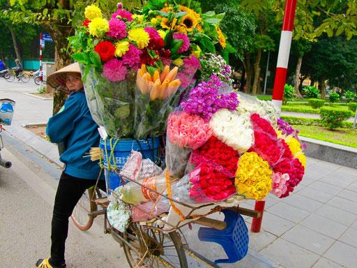 eine für das Wochenende gut ausgerüstete Blumenverkäuferin