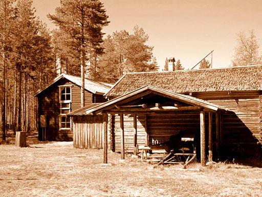 ein Wohnhaus, ein Stallgebäude und ein Geräte-Schuppen
