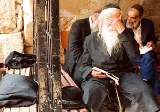 ein gläubiger Jude im tiefen Gebet versunken