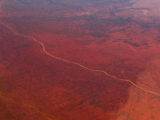 nur wenige Strassen führen durch das braune Outback