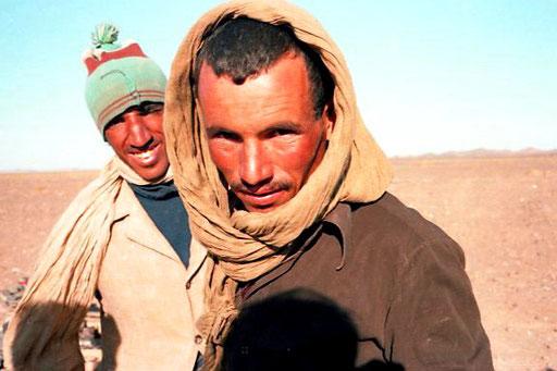 Hamit und sein Begleiter fuhren den Landrover zu den Dünen