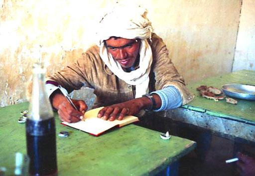 Hassan schrieb seinen Namen und Adresse in meine Tourenbuch