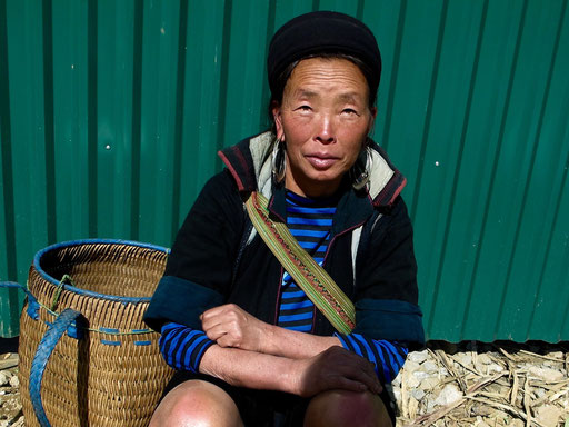 eine freundliche Hmong Frau mit der typisch schwarzen Kopf-Bedeckung