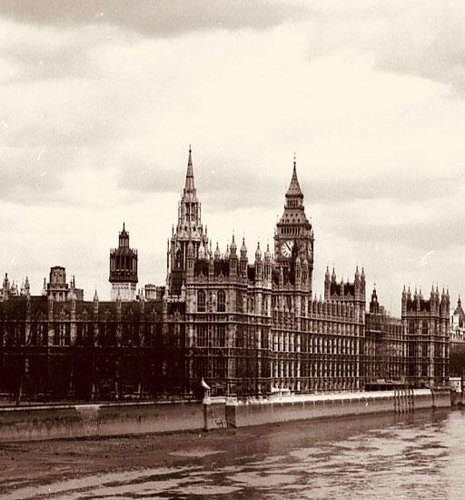 Westminster Abbey dahinter der Big Ben - noch nicht restauriert
