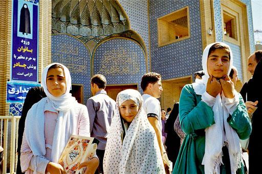 drei Mädchen vor der Moschee
