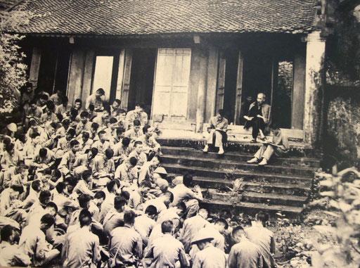 Ho Chi Minh umringt von seinen Anhängern