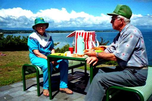 ein Rentner-Paar beim Picknic am Ufer des Taupa-Lake
