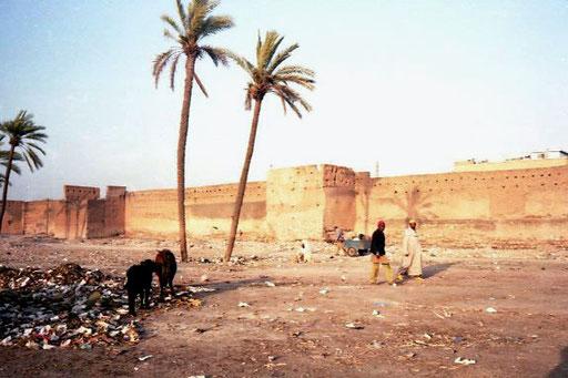an der Stadtmauer von Marrakesch ein Bild des Grauens