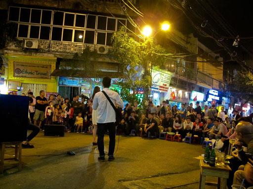 das Strassen-Publikum war begeistert von der Geigerin und dem Gitaristen