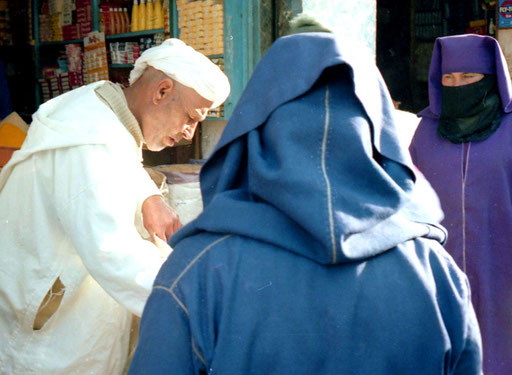 ein reicher Berber mit seinen zwei Frauen