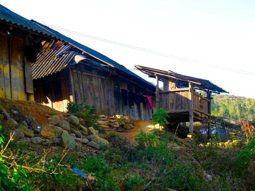 das Gehöft einer Tay Familie, neu war die auf Stelzen gebaute Terrasse