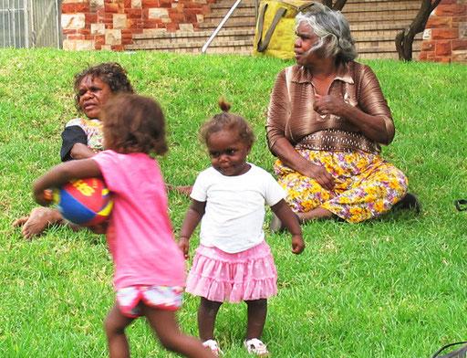 die Aborigines-Frauen sind weitaus selbstbewußter als die Männer