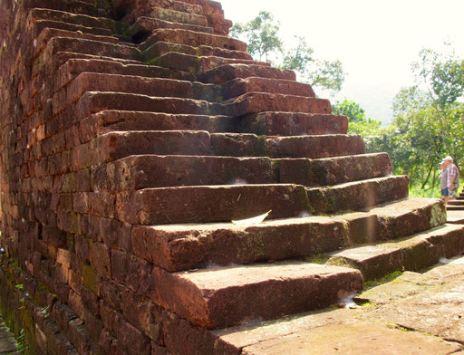 eine mächtige Treppe blieb erhalten