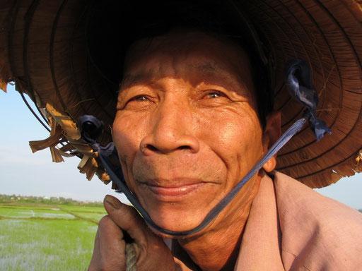 zufrieden schaut dieser Reis-Bauer in die Abendsonne