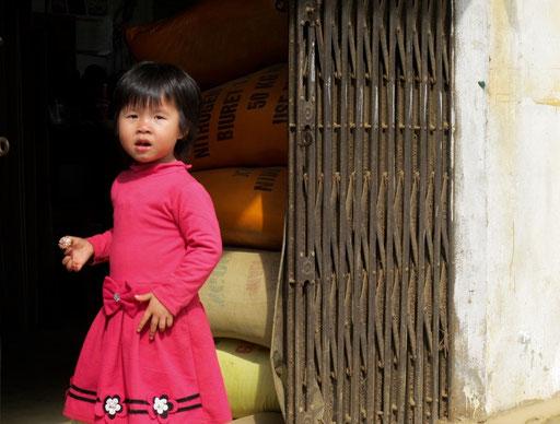 dieses kleine Mädchen mußte die Tür eines Lager-Magazins bewachen