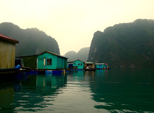 die einfachen Fischerhütten schwimmen in der Lagune