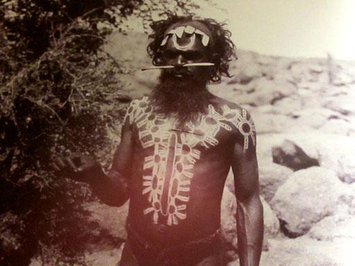 historisches Bild eines Aborigines, mit kunstvoller Körperbemalung