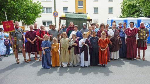 Gruppe des Fördervereins Römisches Forum Waldigrmes zum Hessentagsumzug 2012 in Wetzla